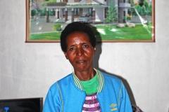 Esther Wangari in ihrem Wohnzimmer: Mit ihrem eigenen Grundstück und Haus hat sie sich einen Traum verwirklicht.