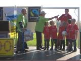 Die Nachwuchs-Kicker aus Neubiberg freuen sich über Fairtrade-Fußbälle von Derbystar