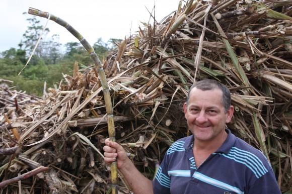Abbildung - Manuel Antonio Campas, er ist Zuckerbauer und Kooperativenmitglied und arbeitet an der Sammel- und Wiegestation.