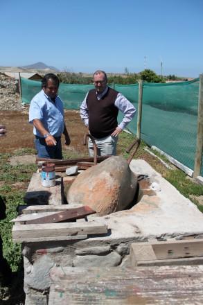 Guillermo zeigt Jorge die Steinkonstruktion, mit der die Oliven früher gepresst wurden