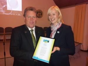 Das Überreichen der Urkunde an den Bürgermeister Bernd Stute