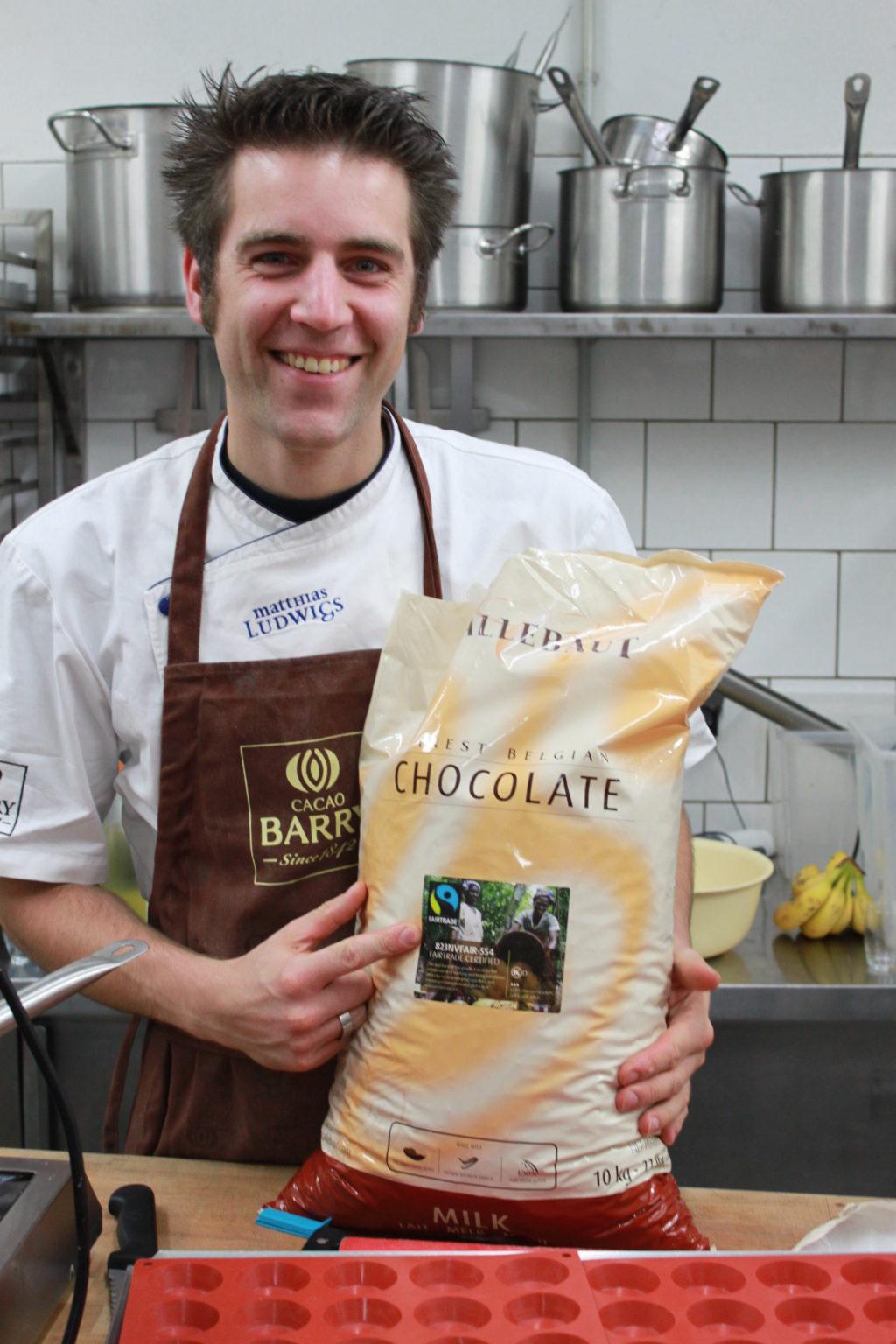 Matthias Ludwigs mit Fairtrade-zertifizierter Schokoladen-Kuvertüre