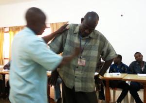 Komplexes vereinfacht darstellen: Ein Teilnehmer der Schulung spielt einen kranken Kakaobaum.