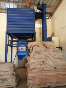 Mit Hilfe dieser Maschine, die mit Hilfe der Fairtrade-Prämie finanziert wurde, werden die Kakaobohnen vom Staub befreit und in die Exportsäcke gefüllt.