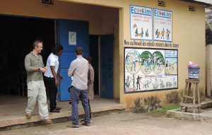 """Das """"Magasin"""" der der Kooperative Ecookim, wo die Bewohner des Dorfes, allesamt Kakaobauern, ihre Ernte bringen."""