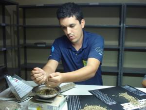 Q-Grader Gilmar Reis Cabral prüft die Kaffeequalität der Bauern.