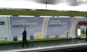 Die U-Bahn Station Gare du Nord ist anläasslich der COP21 pakatiert mit Aussagen wie: 'Der Planet liegt in unseren Händen' und 'Noch später heißt zu spät'
