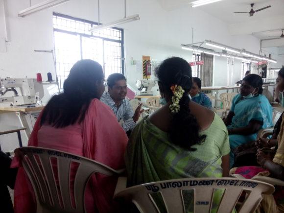Kleingruppen-Gespräch mit Arbeiterinnen, die der Experte für das Pre-Assessment selber aus den Anwesenden der aktuellen Schicht ausgewählt hat.