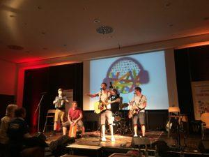 Die Kölner Band Miljö begeistert die Zuschauer mit einem Auftritt am Ende des Wettbewerbs