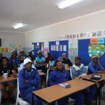 Die Teilnehmer*innen sitzen in der Klasse und hören aufmerksam zu.
