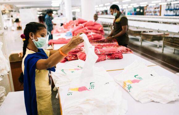 Arbeiterin in einer Textilfabrik.