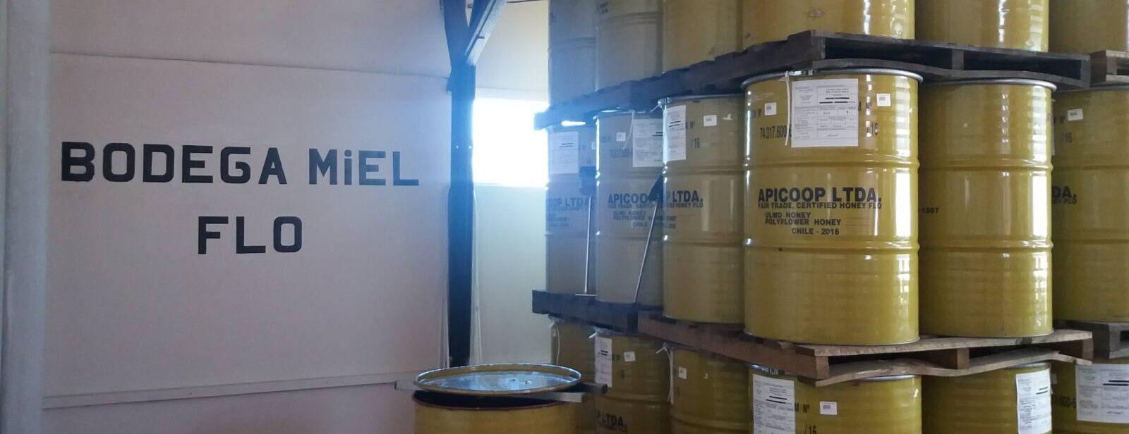 Große Honigfässer stehen zum Transport bereit