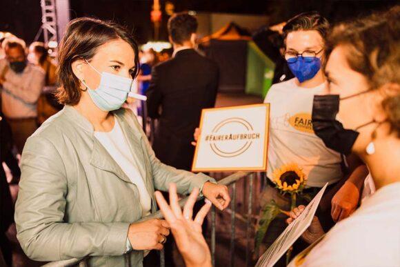 Annalena Baerbock im Gespräch mit den FairActivists während einer Wahlkampfveranstaltung