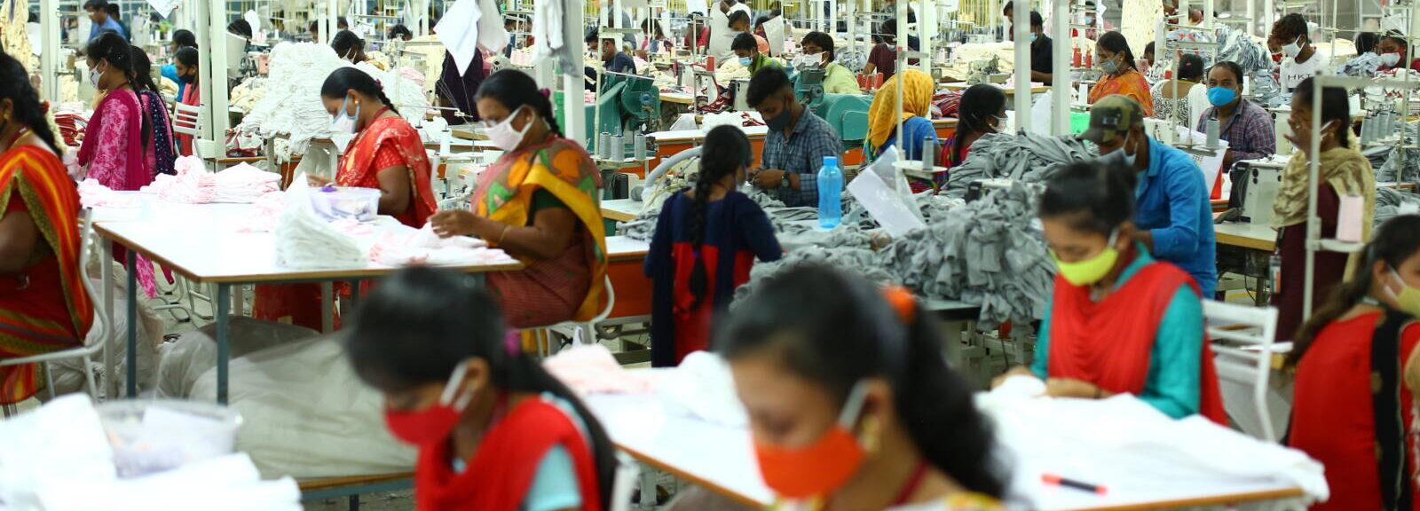Indische Näherinnen bie der Arbeit in der Textilfabrik von SAGS Apparel